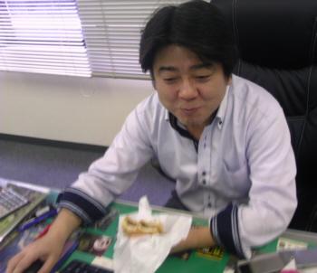 エビバーガー(目玉焼きトッピング)を食べる人