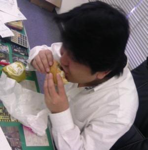 エビバーガーを食べる人